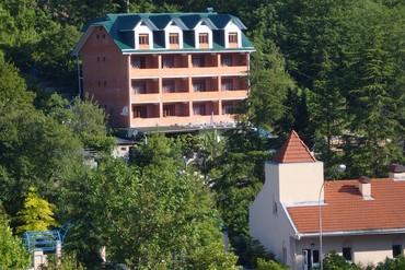 """фото Фасад на расстоянии, Отель """"Арго (Лазаревское)"""", Сочи"""