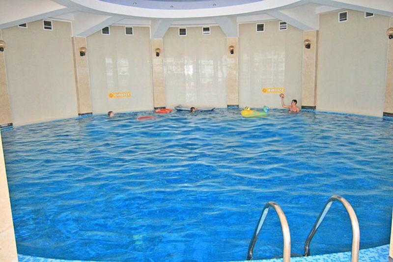 Крытый бассейн в здании ЛОК