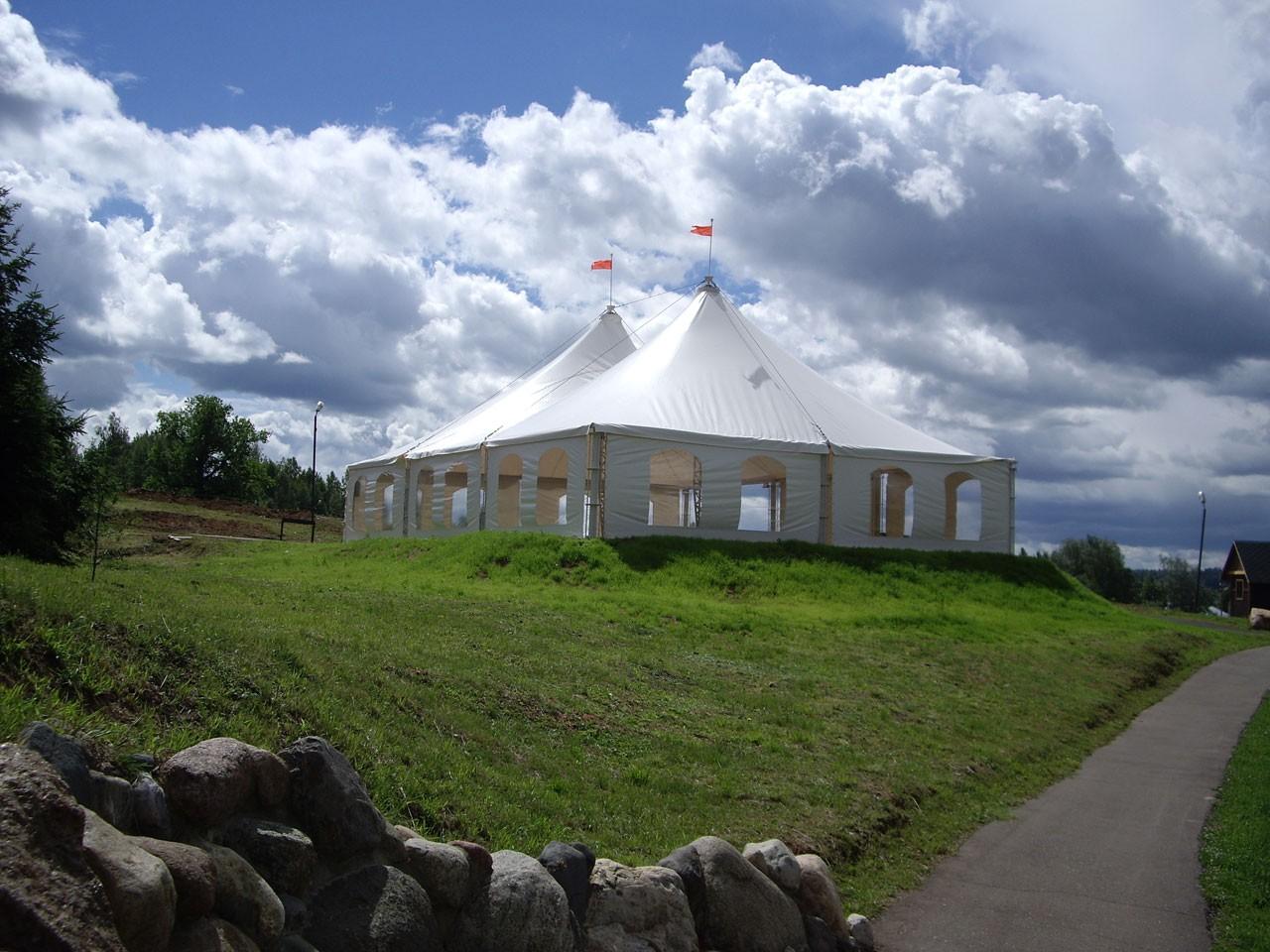 Белый шатер у пруда